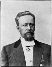 Prokuraattori, valtioneuvos Eliel Soininen. Hän toimi kuvernööri Bobrikovin  aikaan Suomen korkeimpana virkamiehenä. Bobrikovin surmatyöstä noin vuoden  kuluttua herra Hohhendal ampui Soinisen kuolettavasti 5.12.1905  virka-asunnollaan Helsingin Bulevardilla.