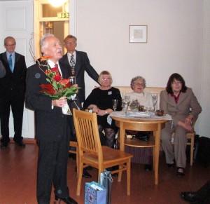 Puheenjohta Simo Soininen pitää vastauspuhetta 70-vuotisjuhlassaan Kajaanissa v. 2012