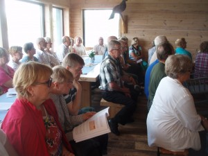 Sukukokousväkeä 2010 sukukokouksessa.