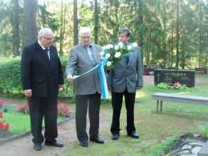 Sukuseuramme täyttäessä 20 vuotta sukukallituksen edustajat vas. sihteeri Timo Soininen, esimies Veli Nykänen ja jäsen Aulis Soininen laskivat seppeleen sankarihautojen patsaalle v. 2010